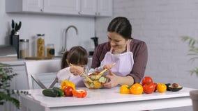 Bisogni speciali bambino e mamma che preparano alimento sano video d archivio