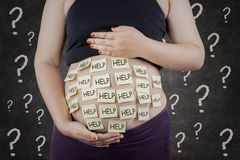 Bisogno della donna incinta un aiuto Fotografie Stock
