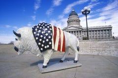 Bisonte pintado con la bandera americana, proyecto del arte de la comunidad, olimpiadas de invierno, capitol del estado, Salt Lak Foto de archivo libre de regalías