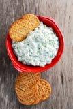 Bisquit与村庄chees和荷兰芹顶部的薄脆饼干开胃菜 图库摄影