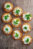 Bisquit与村庄chees和荷兰芹顶部的薄脆饼干开胃菜 免版税库存照片