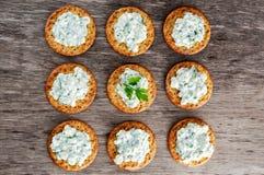Bisquit与村庄chees和荷兰芹顶部的薄脆饼干开胃菜 库存图片