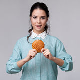 Молодая женщина брюнет с bisquit стоковая фотография
