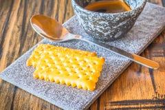 Bisquits auf keramischer Platte Lizenzfreie Stockfotos