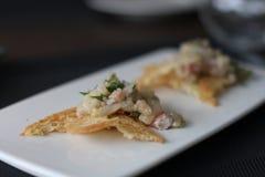 Bisquits do crumble do pão do tártaro da truta do restaurante imagens de stock