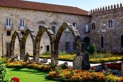 Bisschoppelijk Paleis van de tuinen van Santa Barbara die een reeks schaduwen op de bogen creëren, stock afbeeldingen
