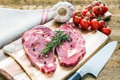 Bistec de costilla del filete de Ribeye de la carne cruda en fondo de madera Imagen de archivo libre de regalías