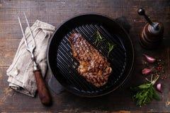 Bistec de costilla del filete de Ribeye en la cacerola de la parrilla Foto de archivo libre de regalías