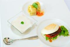 Bistecca & dessert nell'insieme del pranzo Immagine Stock