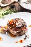 Bistecca arrostita del filetto di manzo con la salsa di peperoncino rosso in piatto bianco fotografia stock