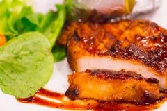 Bistecca arrostita del pollo sul piatto con la patata al forno e la verdura, cucina tradizionale Cucina della griglia Immagini Stock