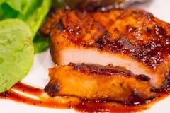 Bistecca arrostita del pollo sul piatto con la patata al forno e la verdura, cucina tradizionale Cucina della griglia Fotografia Stock Libera da Diritti