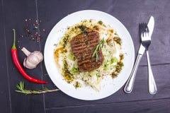 Bistecca arrostita del vitello con le verdure su un piatto Immagine Stock Libera da Diritti