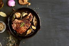 Bistecca arrostita della carne di maiale in padella fotografie stock