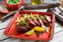 Bistecca arrostita di Denver sul piatto con le verdure fotografie stock libere da diritti