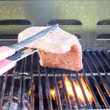 Bistecca che è messa sulla griglia fotografia stock libera da diritti