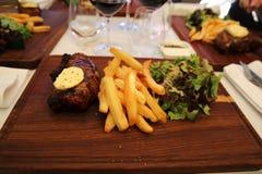 Bistecca con i chip Fotografia Stock Libera da Diritti