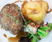 Bistecca con i fagioli e le patate Fotografia Stock