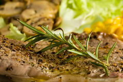 Bistecca con i funghi e i mais Fotografie Stock Libere da Diritti
