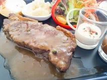 Bistecca con insalata e salsa Immagini Stock