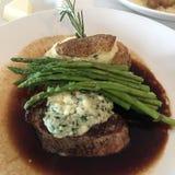 Bistecca con l'asparago della guarnizione del formaggio blu e la cena al forno della patata immagini stock