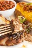 Bistecca con la patata al forno, i fagioli ed il pane all'aglio Immagine Stock