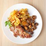 Bistecca con la vista superiore fritta dei funghi e delle patate fotografia stock libera da diritti