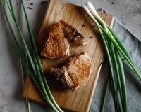 Bistecca con le cipolle fresche fotografia stock libera da diritti