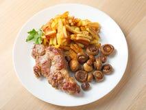 Bistecca con le patate ed i funghi fritti immagine stock libera da diritti