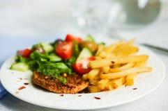Bistecca con le patate fritte e l'insalata Fotografia Stock Libera da Diritti