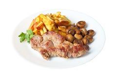 Bistecca con le patate fritte e la vista laterale isolata funghi fotografie stock libere da diritti