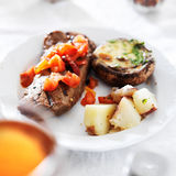 Bistecca coperta in pomodori di patate Immagini Stock Libere da Diritti