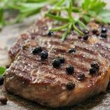 Bistecca cotta con i granelli di pepe Fotografia Stock Libera da Diritti