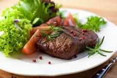 Bistecca cotta con la verdura fresca e le erbe fotografia stock libera da diritti