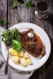 Bistecca cotta con le patate Immagini Stock