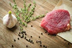 Bistecca cruda del filetto di manzo con aglio immagini stock libere da diritti