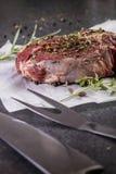 Bistecca cruda del tomahawk su fondo scuro fotografia stock