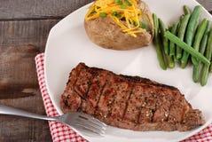 Bistecca del lombo della striscia del barbecue con le verdure Fotografie Stock Libere da Diritti