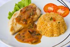 Bistecca del pollo con riso fritto, fine in su Fotografia Stock