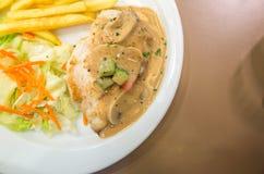 Bistecca del pollo del bilancio con salsa di funghi e le patate fritte immagine stock libera da diritti