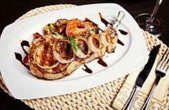 Bistecca del porco con la cipolla, i pomodori ed il rosmarino Immagini Stock Libere da Diritti