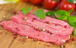 Bistecca del vitello, alto grezzo e vicino Fotografie Stock Libere da Diritti