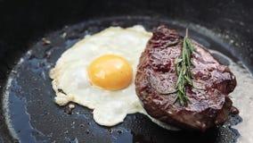 Bistecca deliziosa con l'uovo stock footage