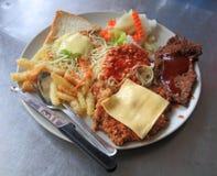 Bistecca della carne con gli spaghetti e l'insalata rossi della salsa Immagini Stock