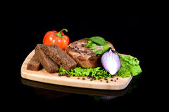 Bistecca della carne con le verdure su un tagliere Immagini Stock