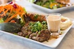 Bistecca della carne di maiale in piatto bianco Fotografie Stock