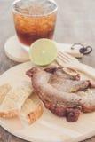 Bistecca della carne di maiale sul piatto di legno Immagini Stock Libere da Diritti
