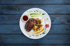 Bistecca della carne equina con le patate ed i funghi Fotografia Stock Libera da Diritti