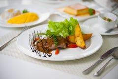 Bistecca della griglia con le patate Immagine Stock Libera da Diritti
