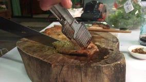 Bistecca della griglia della fetta sul bordo di legno archivi video